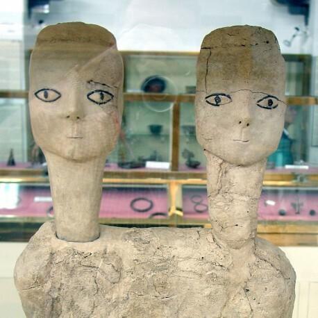 В центре Цитадели расположено здание Национального археологического музея, он был открыт в 1951 году. Самые интересные экспонаты музея - древние статуи, обнаруженные в предместьях Аммана. Когда-то очень давно здесь существовало неолитическое поселение Эйн-Газаль (его называют еще Айн-Гхасал). Расцвет этого крупнейшего поселения на Ближнем Востоке с населением в 3000 человек пришёлся на восьмое тысячелетие до нашей эры, сложно себе представить этот временной отрезок в десять тысяч лет… Всего было найдено 32 статуи: 15 в полный рост, 15 бюстов, и две фрагментарно сохранившихся головы. Три бюста были двухголовыми. Их возраст — свыше 9 тысяч лет. Это — древнейшие статуи созданные человечеством и сохранившиеся до наших дней. Почему у некоторых статуй две головы — неизвестно. По одной из версий, это — аллегорическое олицетворение единства мужского и женского начал.