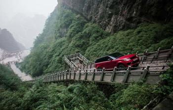 В Китае автомобиль впервые поднялся к Небесным воротам (видео)