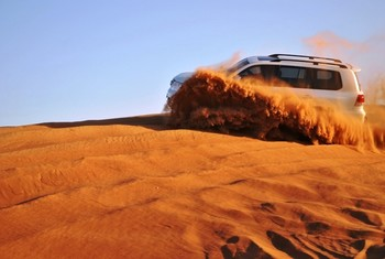 Эмир Дубая спас застрявших в пустыне туристов