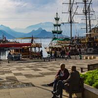 На фото: городская гавань. Находясь здесь, легко представить, как заходили в неё античные корабли две тысячи лет тому назад.