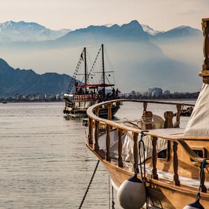 В 20 веке, после того как на окраине Анталии был построен большой современный порт, гавань Калеичи стала играть лишь декоративную и туристическую роль. Сейчас здесь можно посидеть в уютном кафе, или сесть на экскурсионную яхту.