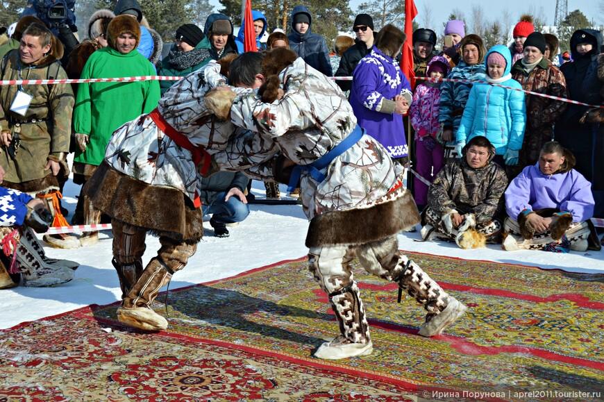 Нюл-тахли – традиционная борьба у народов ханты и манси известна в нескольких вариантах – на вольную, на поясах и в обхват. Борцы подражали технике борьбы медведя, образ которого был тотемом. Некоторые из борцов даже решались на противоборство с медведем. Интересно, что можно провести параллель борьбы нюл-тахли с русской борьбой в обхват, которая называлась  медвежьей борьбой.