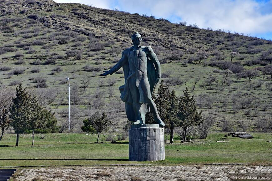 ... конечно-же, Лермонтова, одиноко стоящего на трассе под горой. Заметьте, как у него развевается одежда - я же говорю, ветер был просто безумный!