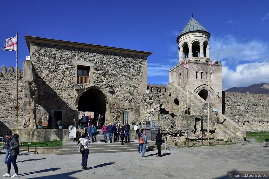 Собор окружен изрядной каменной стеной с несколькими башнями и колокольней.