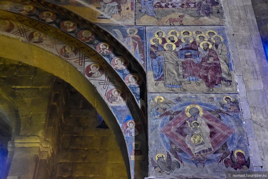 Местами на стенах сохранились фрески 16-18 веков.