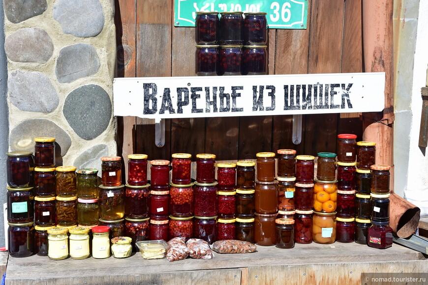 На улочках вдоль стены собора раскинулся вкусняшкино-сувенирный рынок. Кстати, если кто не знает, именно тут можно купить самый лучший в Грузии ГЛИНТВЭЙН! )))