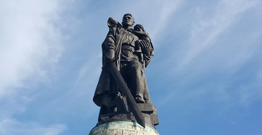 Монумент «Воин-освободитель» в Трептов-парке (Sowjetische Ehrenmal im Treptower Park)