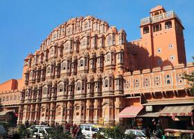 """""""Дворец Ветров"""" или Хава-Махал, находящийся в городе Джайпур — столице индийского штата Раждастан, был построен в 1799-м году в качестве гаремного крыла дворцового комплекса махараджи Савай Пратап Сикха. Здесь много окон, чтобы наложницы могли спокойно смотреть на оживленные рыночные улицы и в то же время могли оставаться невидимыми для жителей города. """"Дворец Ветров"""" — наиболее удивительный памятник архитектуры в Джайпуре и главная достопримечательность города. Это потрясающее пятиярусное сооружение имеет 953 крохотных окна, каждое из которых является шедевром.  Источник: http://tut1.ru/arhitektura-indii/403-dvorec-vetrov-hava-mahal-dzhaypur-indiya.html"""