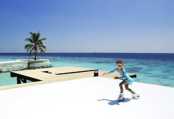 На Мальдивах открывают ледовый каток и подводный отель