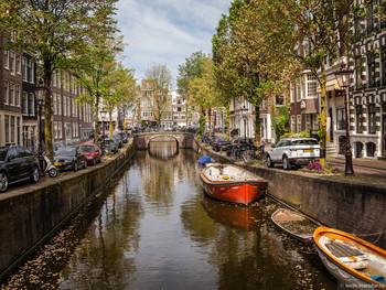 Туристов в Амстердаме привлекают к сбору мусора во время водных экскурсий