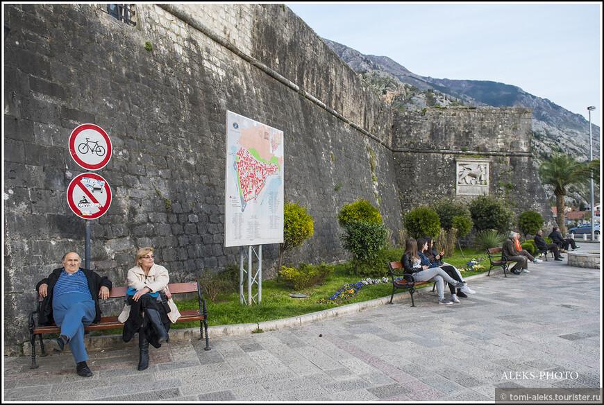 Как мы видим, въезд в городок на вело запрещен. Там, на самом деле очень узенькие дорожки, и только для людей...
