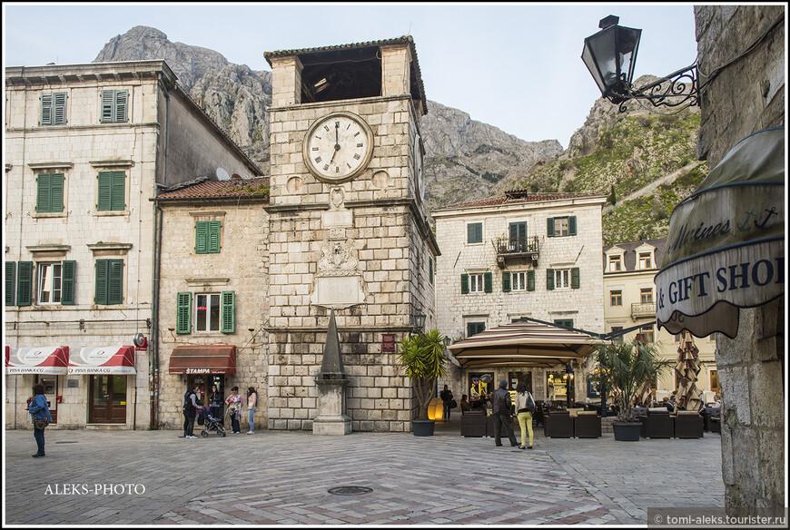 Один из символов города - четырехуровневая каменная часовая башня, расположенная у центрального входа в город.