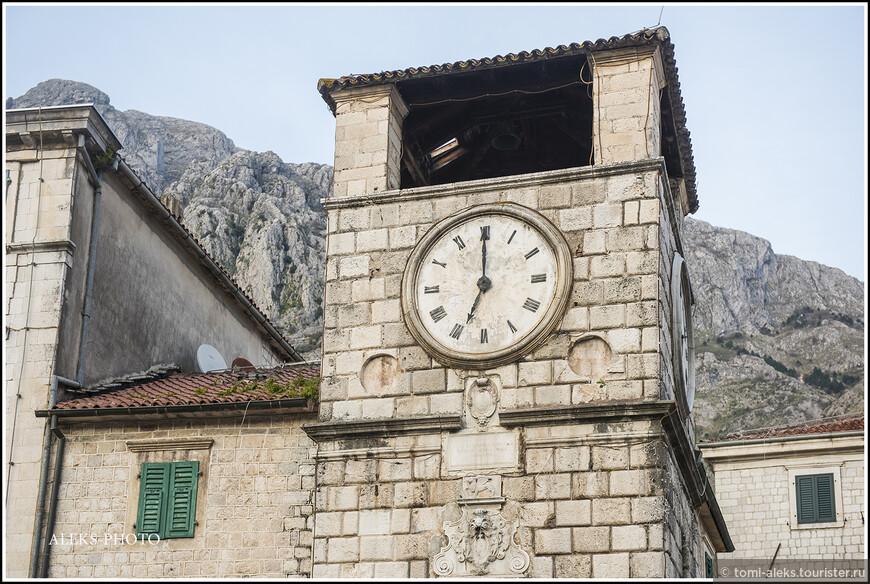 Она построена в 17 веке. Первоначально это сооружение состояло из пяти ярусов, но в результате землетрясения в 1667 году башня стала намного короче своего первоначального вида.