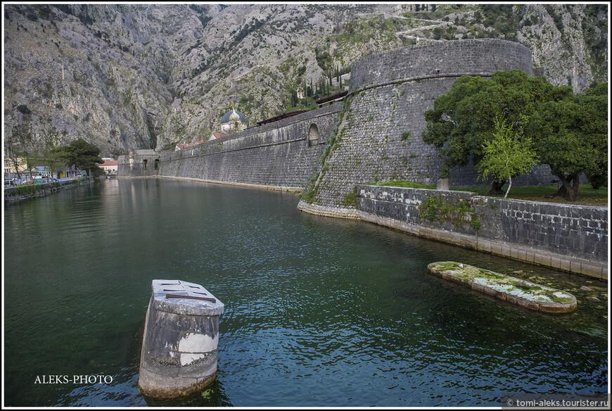 Вокруг городских стен, как и положено - ров с водой. Здесь это - целый широкий канал...