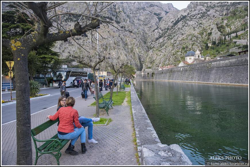 Уютные скамеечки на берегу канала...