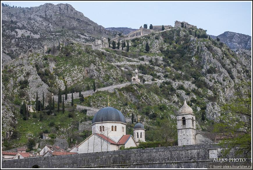 Стены городка довольно высокие - из-за них выглядывают купола церквей...