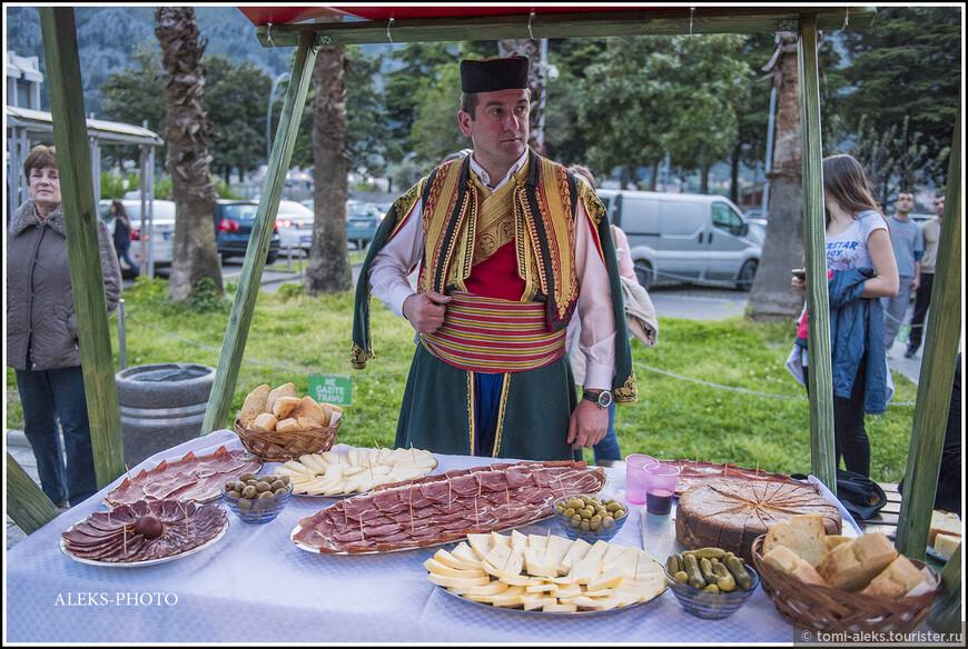 Колоритный товарищ и всякие копчености, которыми славится Черногория...