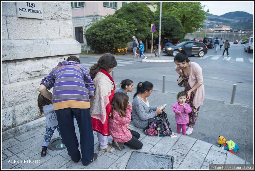 А это - вездесущие албанцы. Они всюду бродят толпами, как наши цыгане...