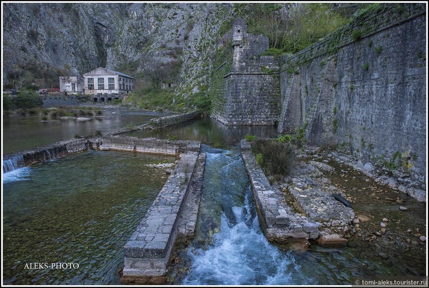 Канал, видимо, берет начало в какой-то горной речушке или ручье...