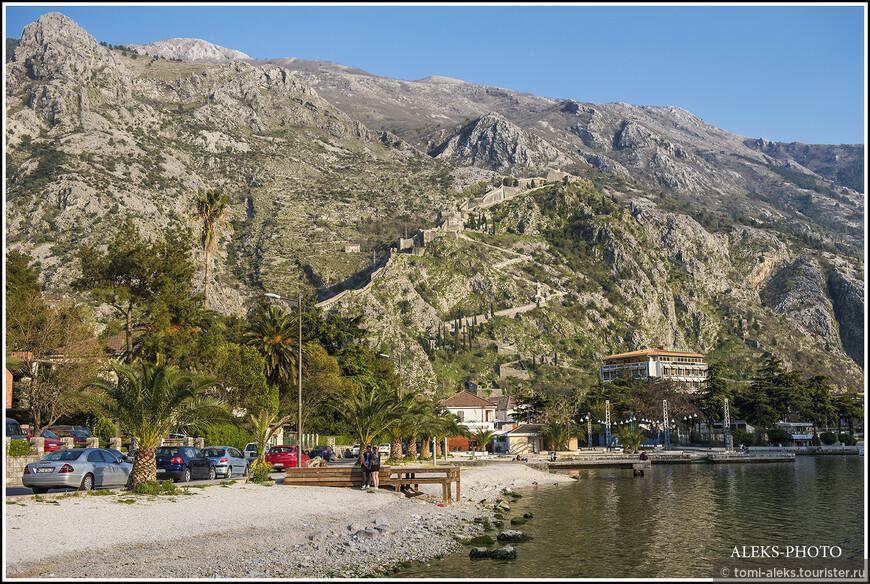 Напомню, что в прошлых материалах о Черногории мы начали свой путь от прекрасного городка Херцег-Нови. Потом по пути заглянули в Рисан, Пераст и Доброту. Вот так выглядит гора, у подножия которой находится Котор, со стороны Доброты, откуда мы шли пешком...