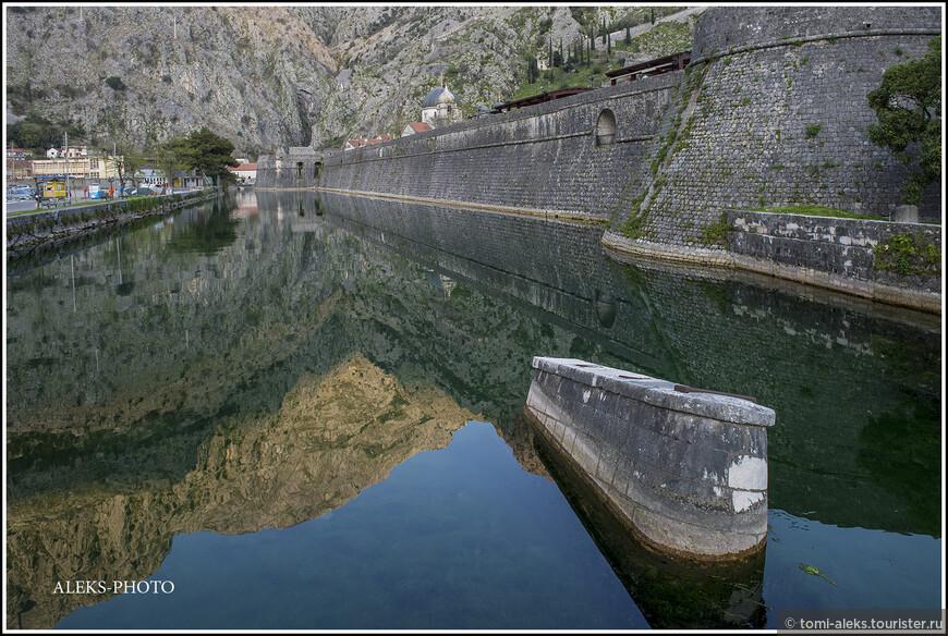 Еще пара взглядов на стены и канал с отражением горы...