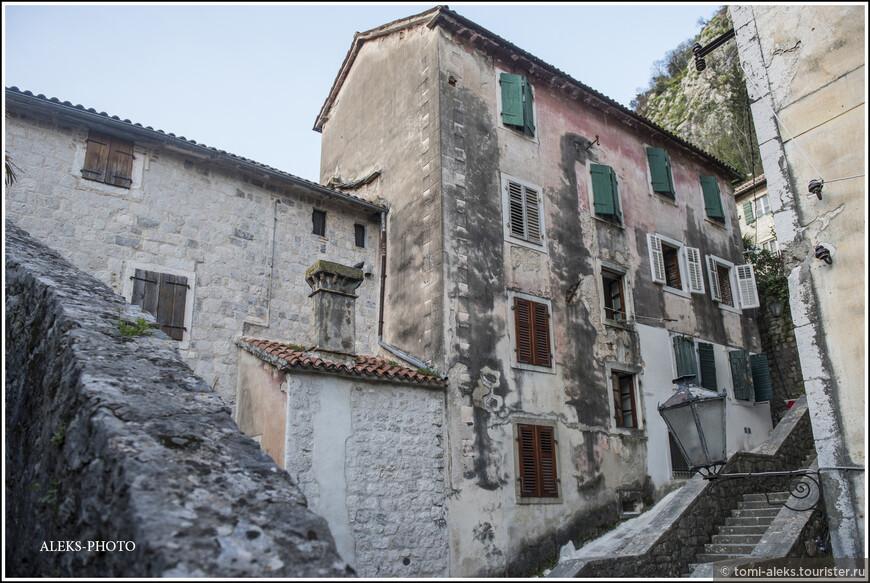 Общий цвет всех домов городка - серовато-буровато-малиновый... В общем, довольно серый...