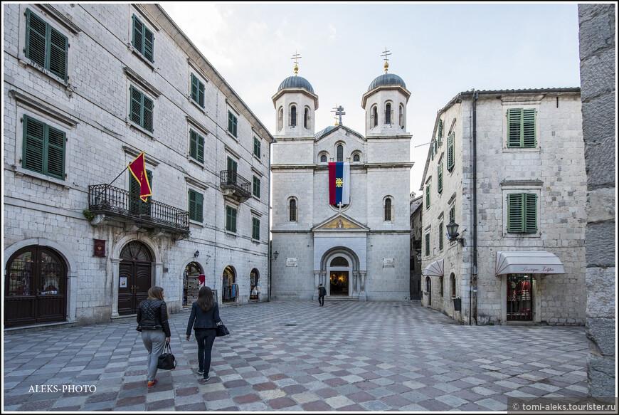 Идем дальше — к следующему собору. Все это пространство, судя по всему, — площадь Святого Луки.