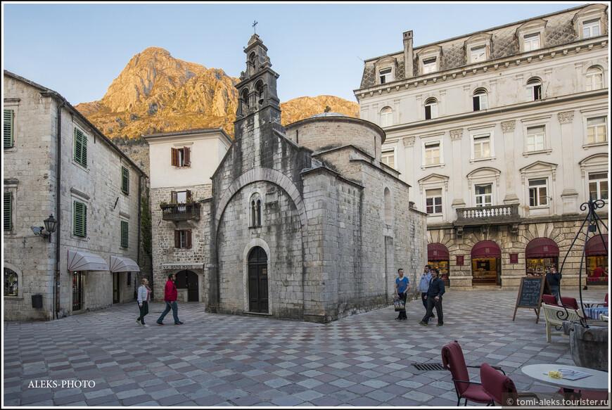 По названию церквушки, которая датируется 1195 годом. Миниатюрная такая...