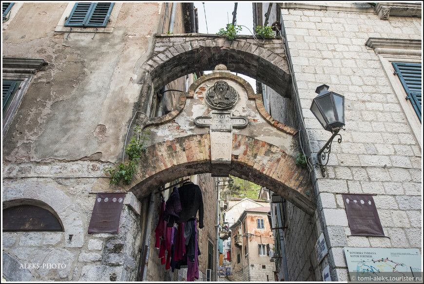 Оригинальное сочетание - такая арка помпезная и белье сушится сразу за ней...