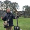 Знаменитый сокольник замка Данробин Энди Хьюс со своим строптивым питомцем филином Бонзи