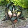 Благодаря нынешней владелице замка, Кодор привлекает также своими необычными садовыми скульптурами. Кормушка для птиц!
