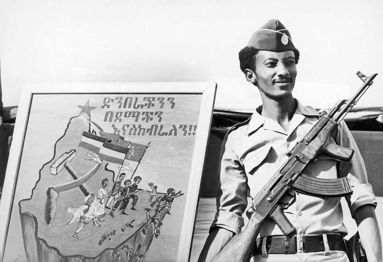 Эфиопский военный на фоне плаката посвященного победе Эфиопии и Советского Союза над Сомали в Огаденской войне Фото: magspace.ru