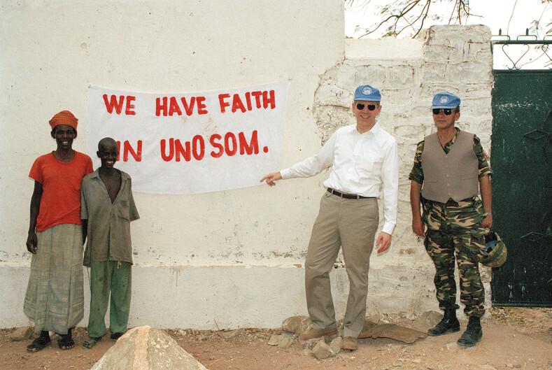 Адмирал Джонатан Т. Хоу (второй справа), Специальный представитель Генерального секретаря ООН по Сомали. Надпись на стене: Мы верим в UNOSOM Фото: unmultimedia.org