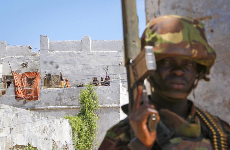 Кенийский военный принимающий участие в  освобождении порта Кисмайо от боевиков Аш-Шабаб Фото: unmultimedia.org