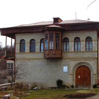 Вы только посмотрите на этот дом! Меня не покидает чувство будто бы я гуляю по Баку в Ичеришехер. Кстати, это здание краеведческого музея. Конечно, также закрыт на праздники.