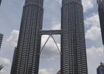 На фоне знаменитых башен