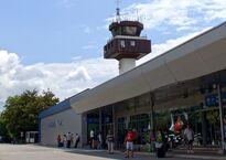Flughafen_Tivat_Airport_Tower_Bucht_von_Kotor_Montenegro_-_Foto_Wolfgang_Pehlemann_DSC05572.jpg