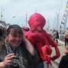 Осьминоги щекочут посетителей праздника моря
