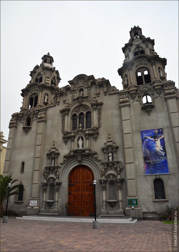 Церковь сравнительно молодая, конец 19 века, но построенная на руинах древней церкви Сан Мигель де Мирафлорес.