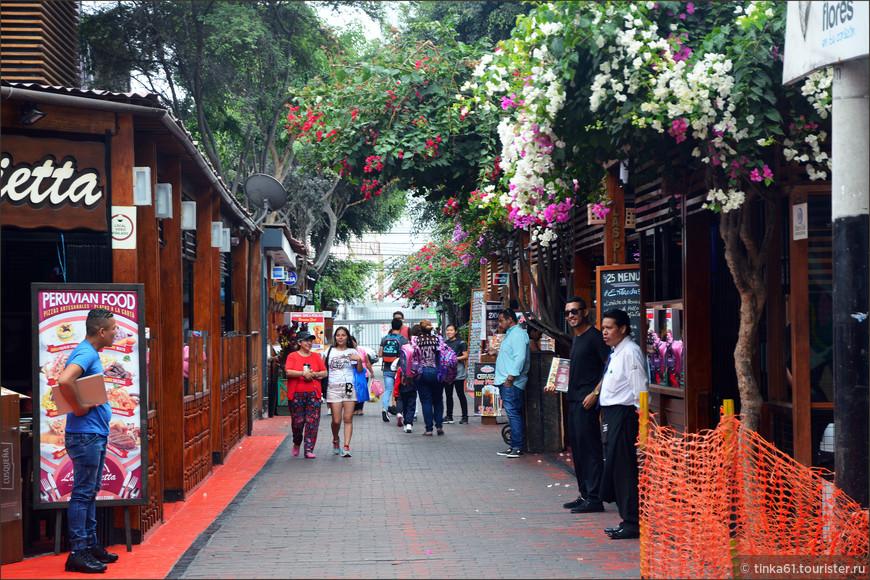 Рядом с парком находится гастрономическая улочка Calle de las Pizzas. Здесь можно быстренько перекусить. И не хочешь, а зайдешь, отделаться от уличных зазывал не так-то просто.