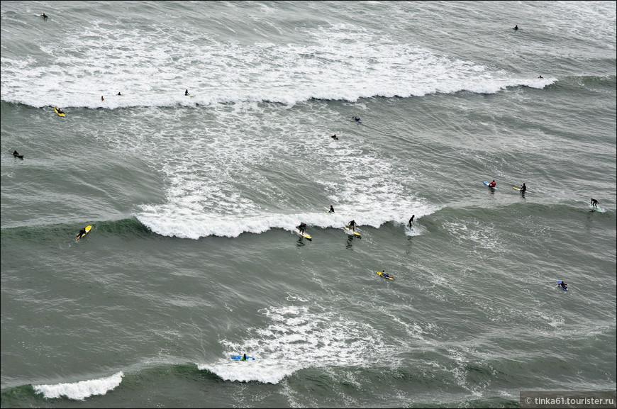 С высоты утёсов серферы в океане кажутся букашками.