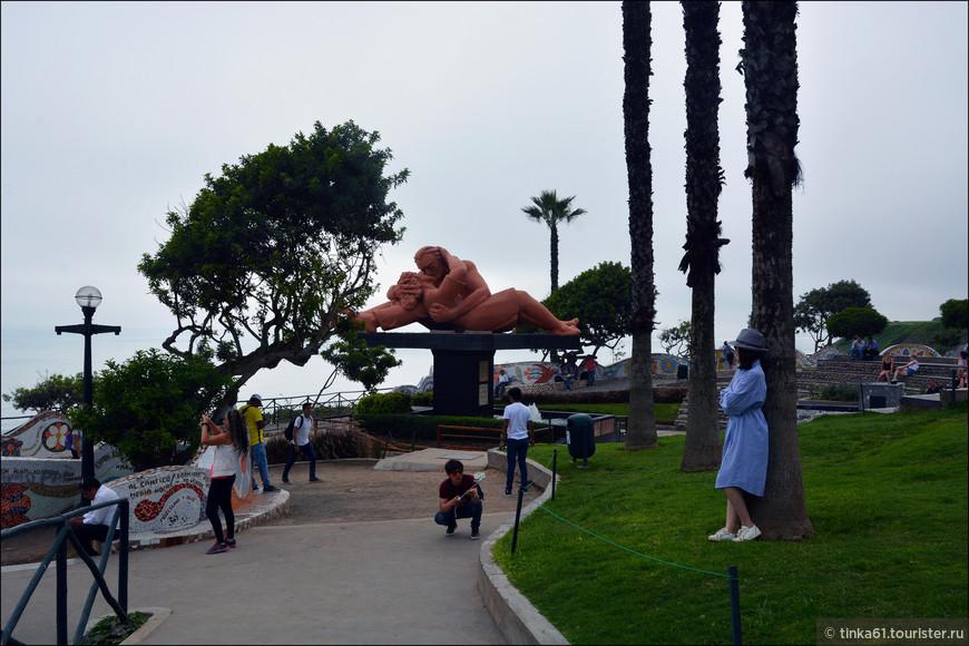 А это уже соседний Парк Любви,  el parque del Amor.Этот красиво оформленный парк, почти нависающий над океаном, был открыт 14 февраля 1993 года, в день Святого Валентина, отсюда и его название.