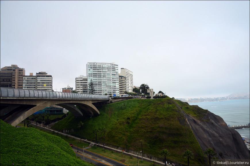 Мост Вильена Рей, названный в честь одного из Мэров Лимы, соединяет два участка набережной.