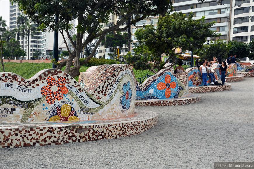 На мозаичных скамейках  парка можно прочитать высказывания о любви и имена влюбленных!