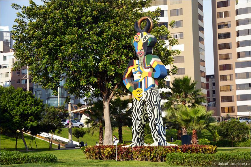 Современная городская скульптура в парке.