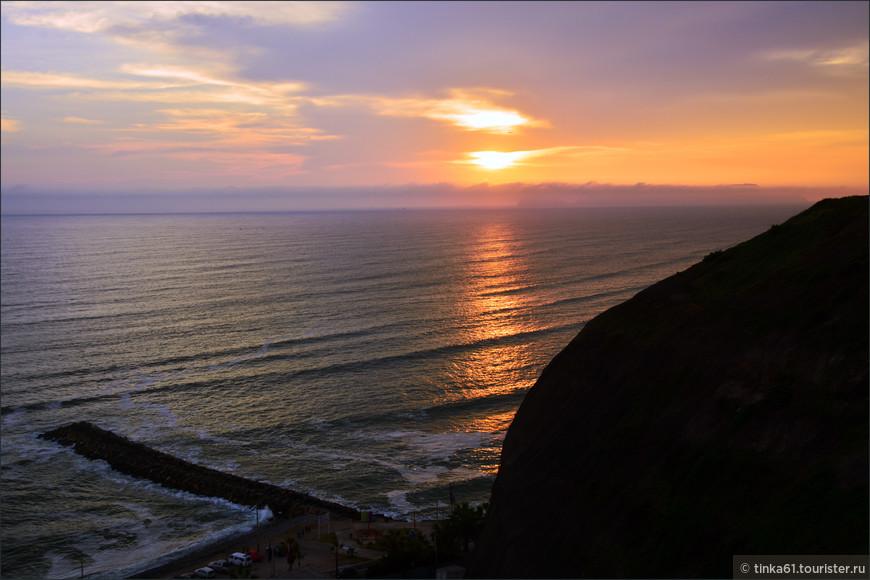 Перуанцы говорят, что   в Мирафлоресе нужно обязательно  полюбоваться заходом солнца. Что мы и выполнили в этот раз.