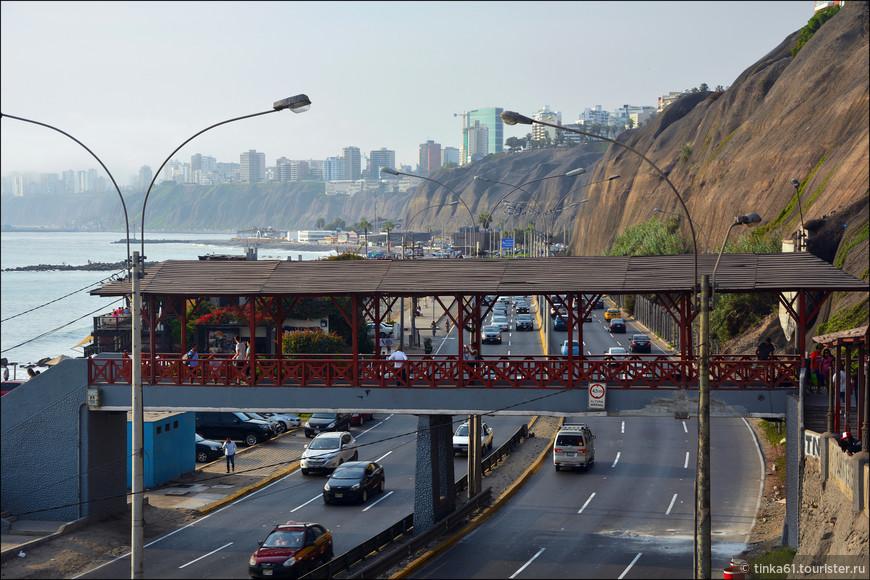 По такому мостику можно попасть прямо на пляж.