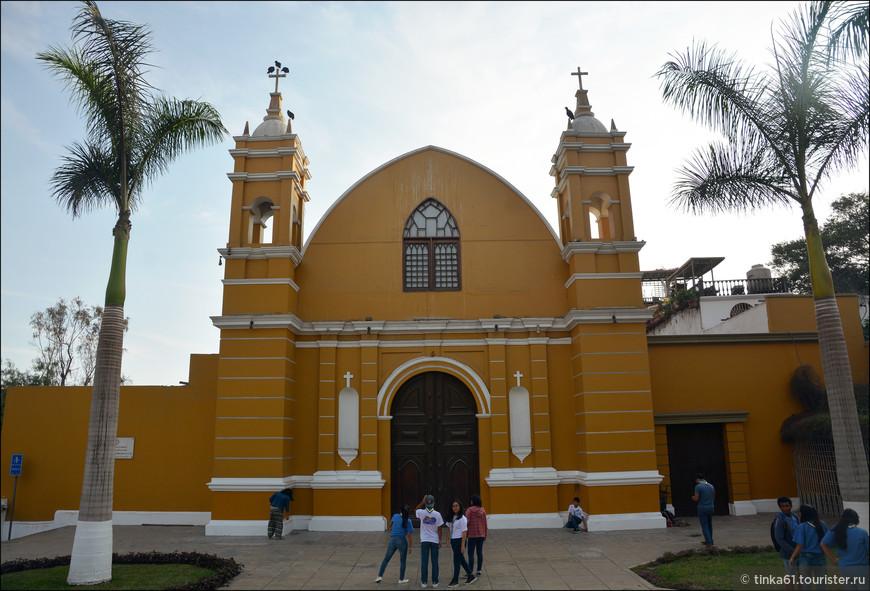Рядом с Мостом Вздохов можно увидеть ярко-жёлтую церковь La Ermita. Построена здесь в середине 18 века на месте маленькой часовни, куда приходили молиться местные рыбаки.