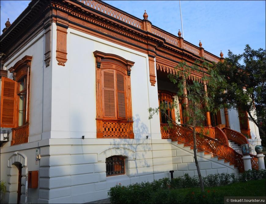 Бар в особняке находится на центральной улице Avenida San Martin, 130.