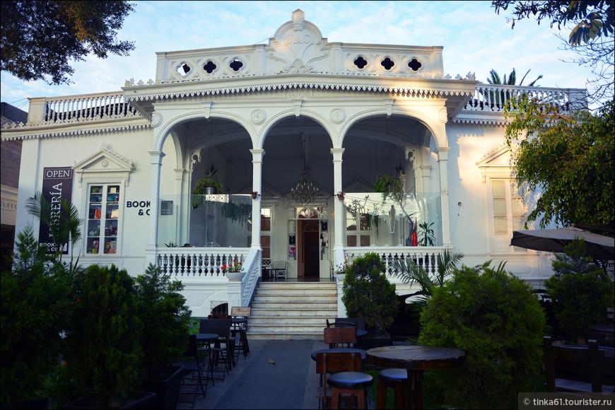 Ещё один ресторан, расположившийся в красивом старинном особняке. И таких уголков в Барранко очень много!